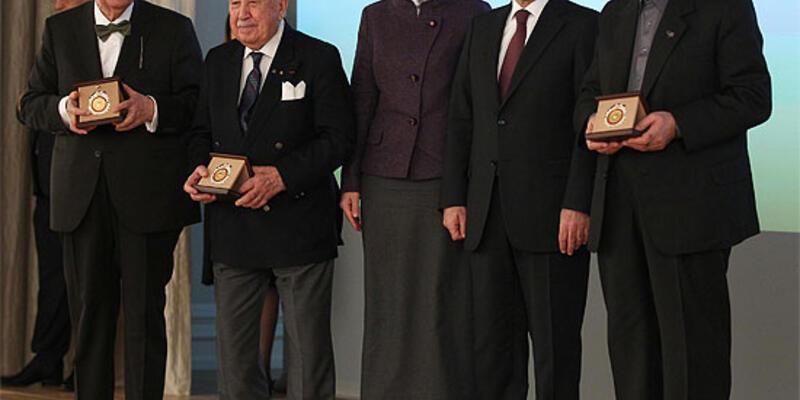 Abdullah Gül büyük ödülleri verdi