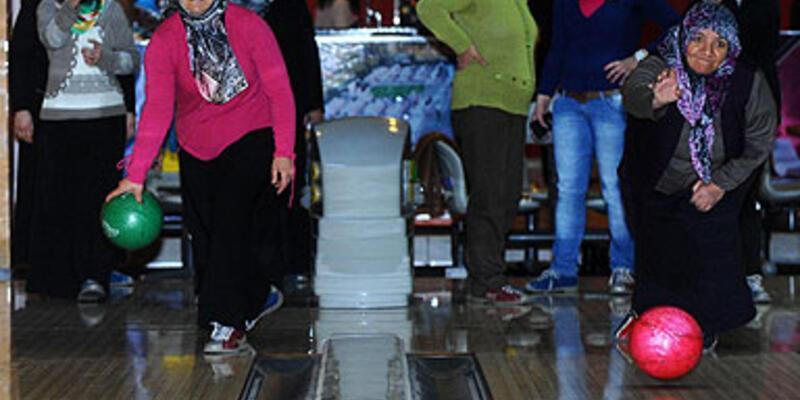 Gecekondulu kadınlar bowlingle tanıştı
