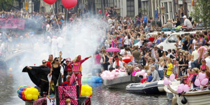 Amsterdam'da eşcinsel geçit töreni...
