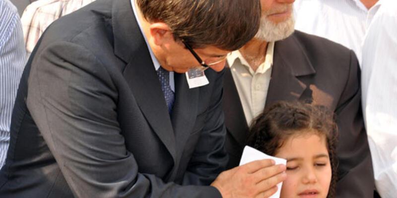 Şehit kızını bakan teselli etti