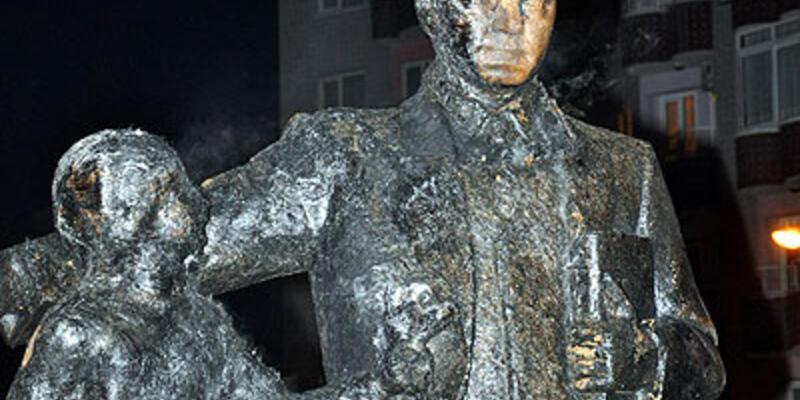 PKK yandaşları Atatürk heykelini yaktı