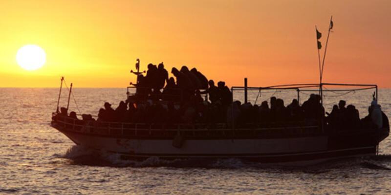 İtalya'da göçmenler çıplak olarak hortumla yıkandı!..