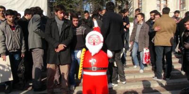 Noel Baba'yı protesto ettiler