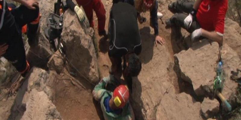 Eskişehir'de mağarada mahsur kalan defineci kurtarıldı