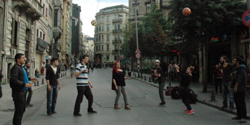 Polis barikatına, 'önünde voleybol oynayarak' tepki gösterdiler