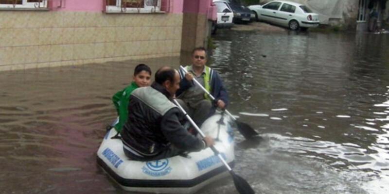 Su baskını yüzünden botla servis