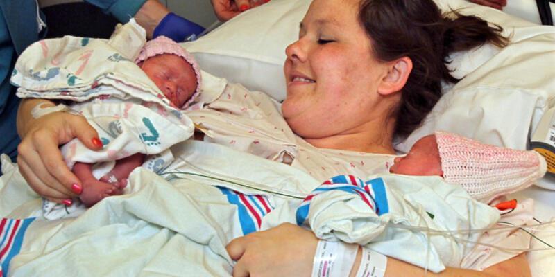 İkiz bebekler el ele doğdu!..