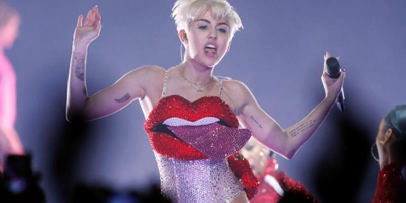 Miley Cyrus bu kez şişme penisle sahneye çıktı