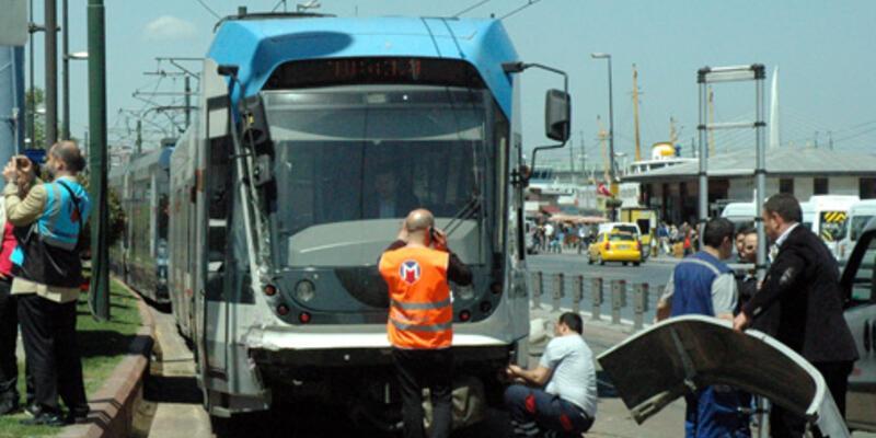 Tramvay ile İETT otobüsü çarpıştı: 3 yaralı