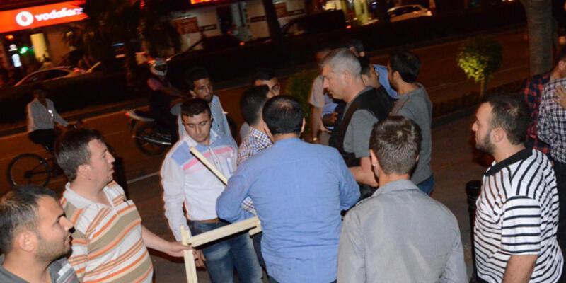 Adana'daki Soma protestocularına eli sopalılar saldırdı