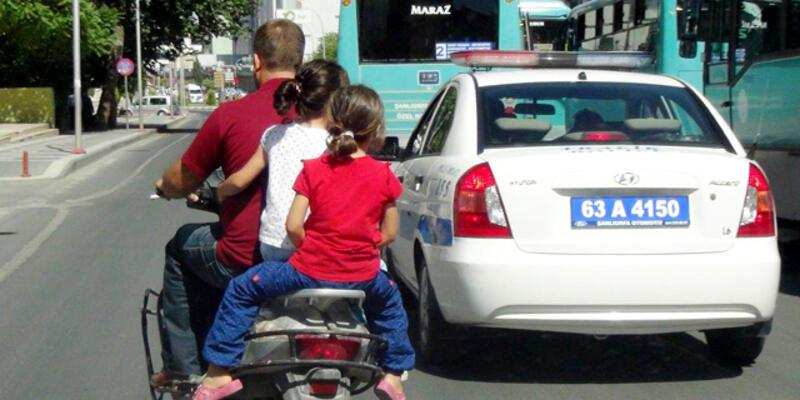 Motosiklette tehlikeli yolculuğu trafik polisi görmedi!
