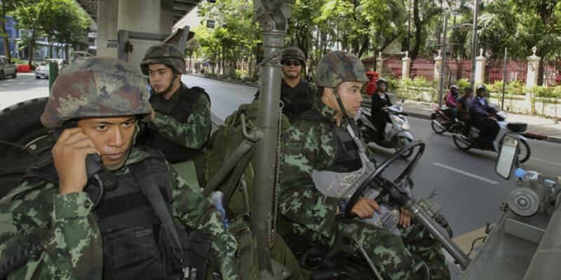 Tayland'da sıkıyönetim ilan eden ordu hükümeti de devraldı
