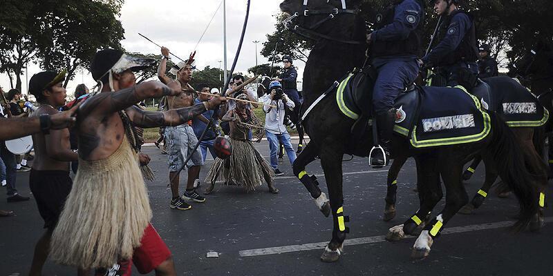 Oklu ve mızraklı yerliler polisle çatıştı