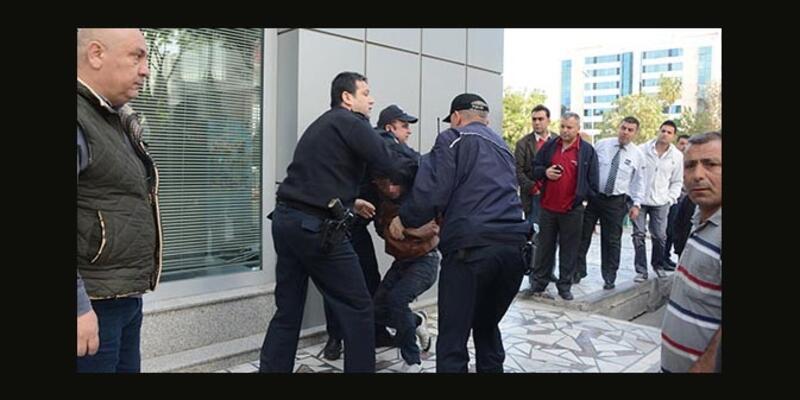 12 yaşındaki kızı kaçırmaya kalktı linçten polis kurtardı