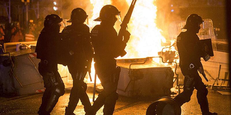 Barcelona'daki gösterilerde polis ilk defa ses toması kullandı!