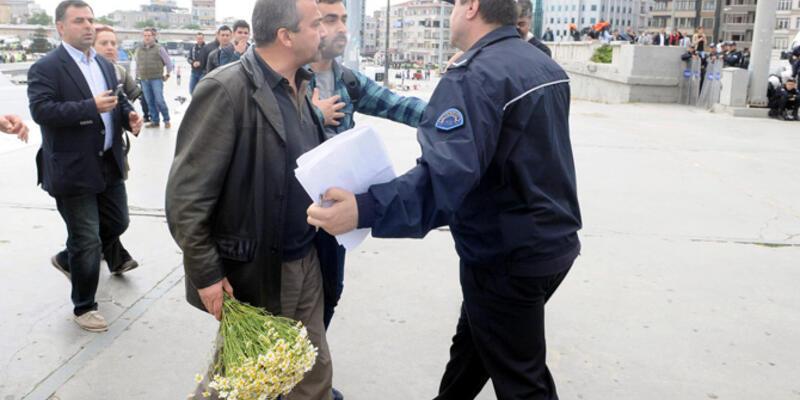 Sırrı Süreyya Önder, Gezi Parkı'na çiçek bıraktı