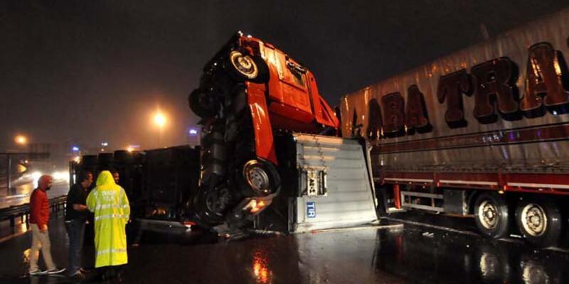 İstanbul'da TEM'de TIR devrildi, yol 3 saat kapandı