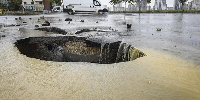 Ankara Batıkent'te yol çöktü!