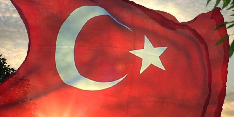İlkokuldaki Türk bayrağı indirilip yakıldı