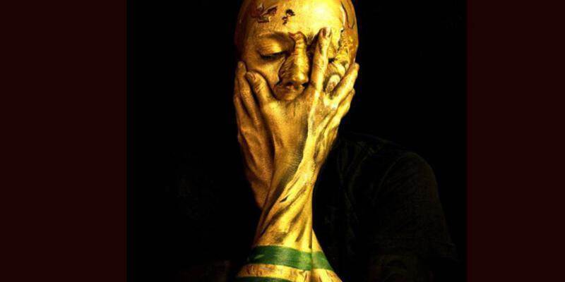Yüzünü boyayarak Dünya Kupası görünümünü aldı!