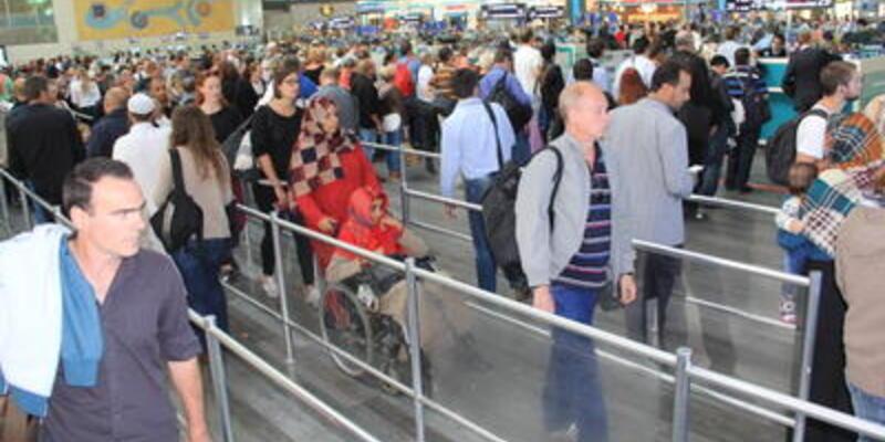 Atatürk Havalimanı yolcu kaynıyor