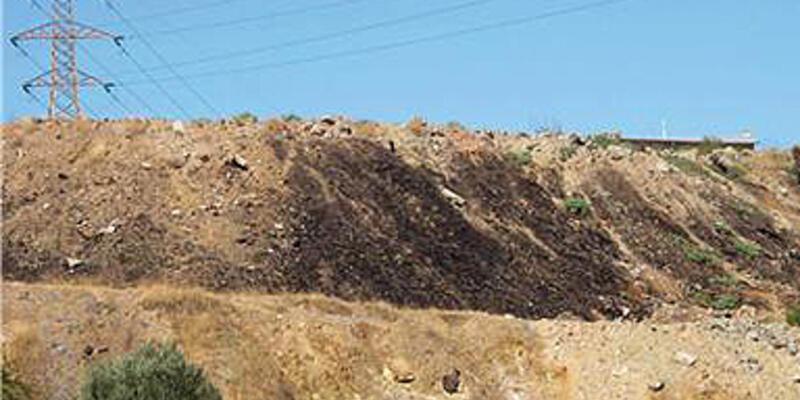 Gaziemir'deki zehir atıklar toprağı siyaha boyadı