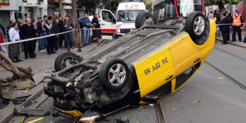 Tramvayın çarptığı taksi takla attı