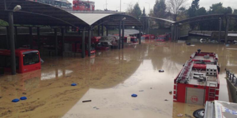 İzmir'de yağmur hayatı felç etti