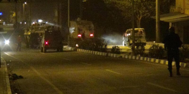 Polis aracına molotof attılar: 2 yaralı