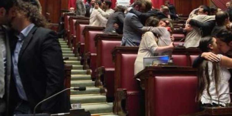 Mecliste kadın kadına, erkek erkeğe öpüştüler