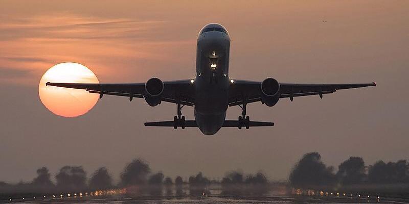 Pakistan'da uçağa silahlı saldırı