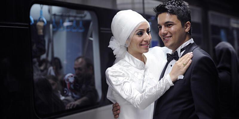 Düğün fotoğraflarını Marmaray'da çektirdiler