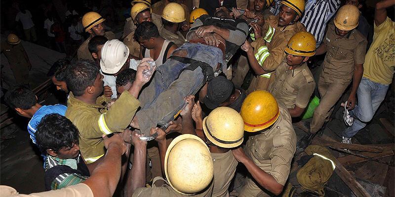 Hindistan'da 2 bina çöktü: Ölü sayısı yükseliyor
