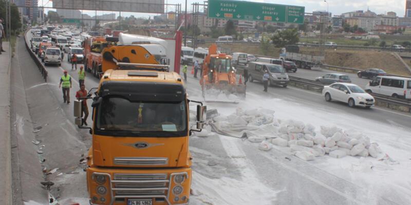 TIR devrildi trafik kilitlendi!