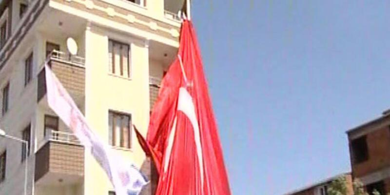 Esenyurt'ta bayrak krizi! Türk bayrağı indirildi, AKP bayrağı sallandı