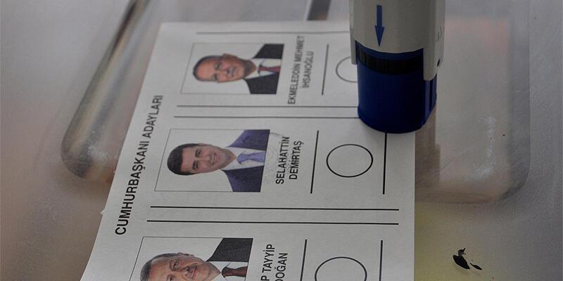 Oy pusulasının fotoğrafını çekerken gözaltına alındı