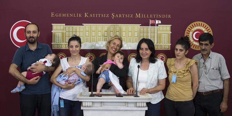 Meclis kürsüsüne kucaklarında bebekleriyle geldiler