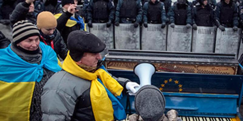 Ukrayna'da protestocular piyano eşliğinde şarkı söyledi