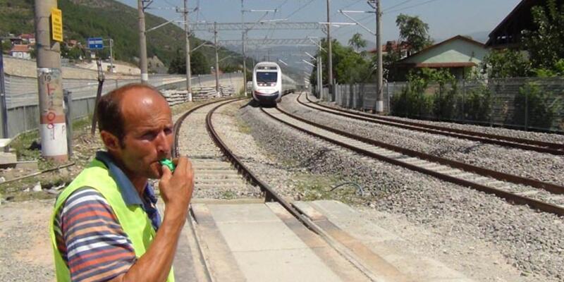 Elde düdük Yüksek Hızlı Treni bekliyor, gelince uyarıyor