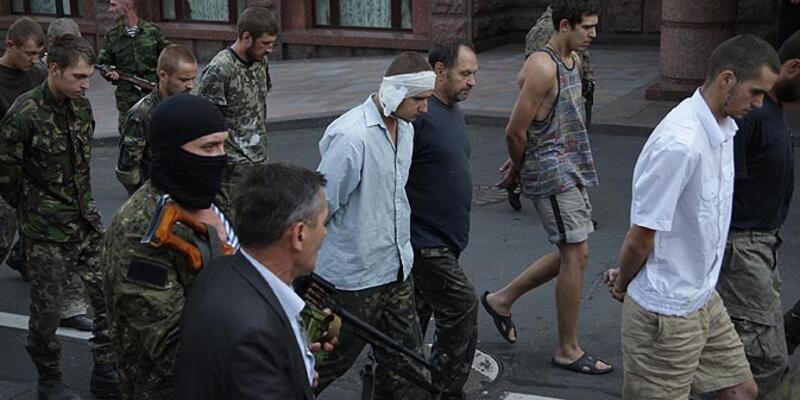 Ukrayna'da esirler halka gösterildi