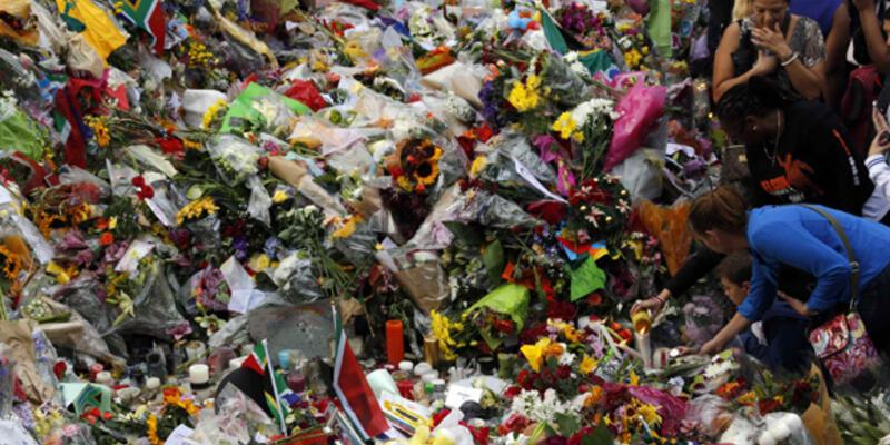 Mandela için binlerce kişi dua etti