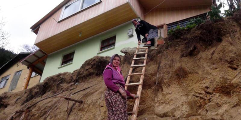 Yol çalışması nedeniyle evlerine ahşap merdivenle giriyorlar