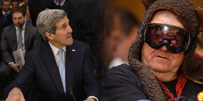 John Kerry'nin arkasında bir gizemli adam