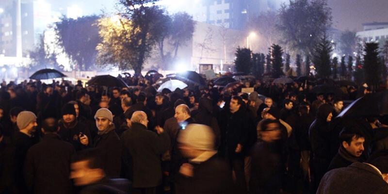 Gözaltı twiti üzerine Zaman Gazetesi önünde toplandılar