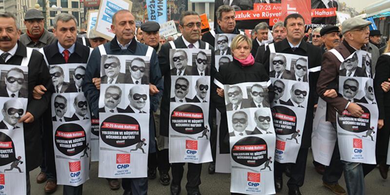 Afiş asamayan CHP'liler ayaklı billboard oldu, 17 Aralık'ı protesto etti