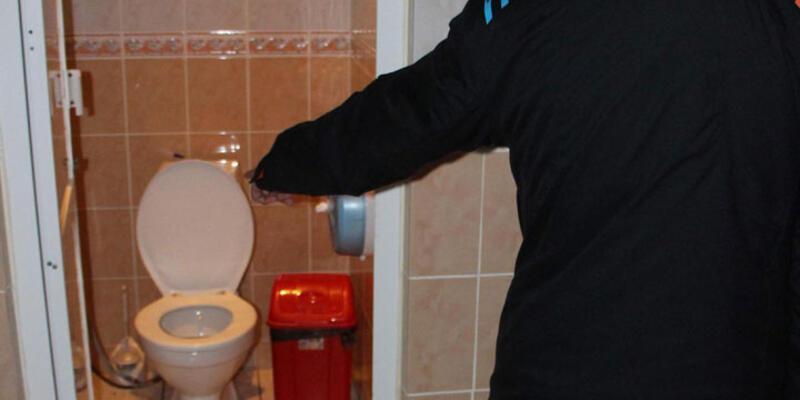 Bebeğini tuvalette doğurup kaçtı!