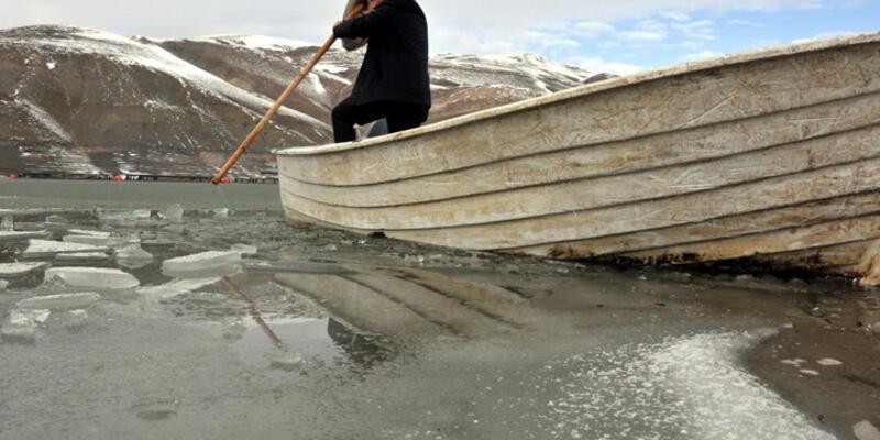 Baraj gölü dondu tekneler buza gömüldü