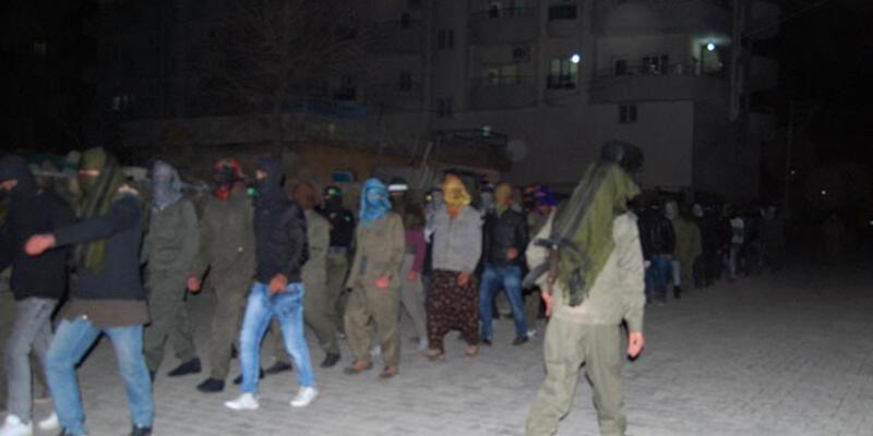 Kobani kutlamasında kaleşnikoflu askeri düzen yürüyüş
