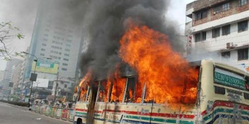 Bangladeş'te otobüs ateşe verildi