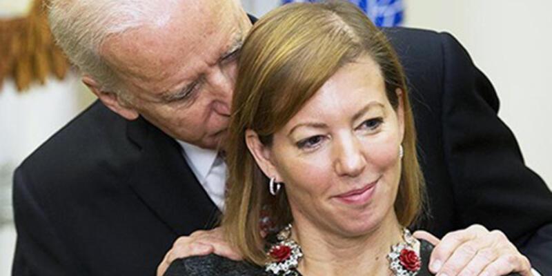 Joe Biden yeni Savunma Bakanı'nın eşine yemin töreninde masaj yaptı